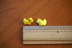 画像2: 【6個組】赤いリボンの黄色いテリア【ガラスボタン】